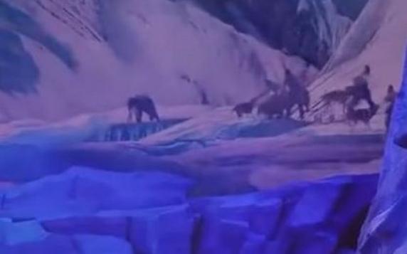Spectacol înfricoşător în China: O haită de 30 de lupi atacă actorii pe scenă