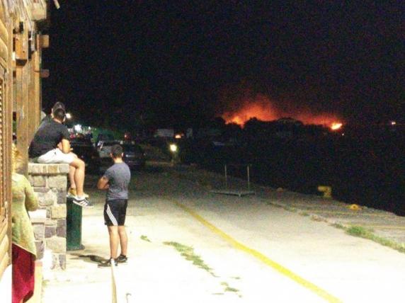Sute de turişti români, blocaţi pe insula Samothraki. Incendii puternice şi feriboturi defecte