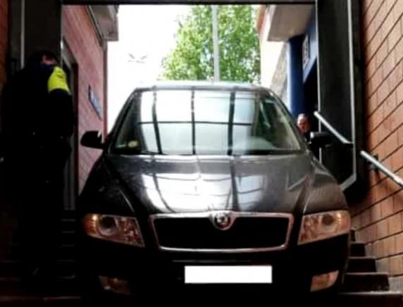 Un bărbat în vârstă de 70 de ani a intrat cu mașina la metrou