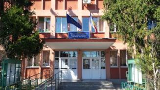 """Un elev batut si umilit de colegi s-a aruncat de la etaj intr-o scoala din Bucuresti. Reactia inspectorului general: """"O joaca obisnuita"""""""