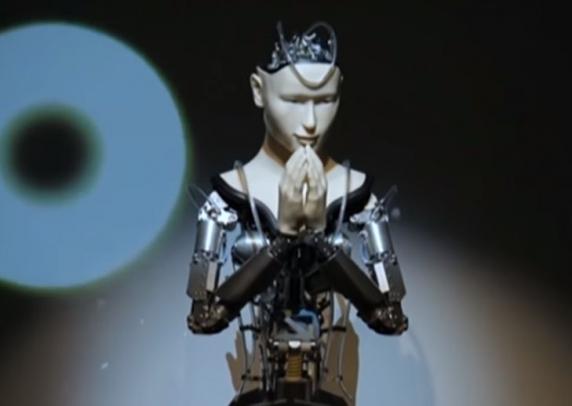 Un robot slujeste intr-un templu budist vechi de 400 de ani