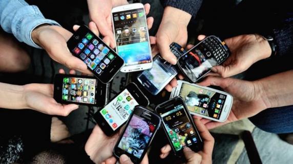 Un sfert dintre copiii din România stau peste șase ore pe zi online, pe tablete și telefoane