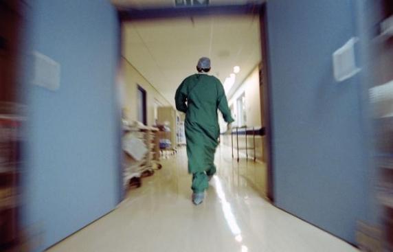 Un tânăr a fost transportat în comă la spital, după ce a căzut în gol, în timp ce ştergea geamurile unui imobil