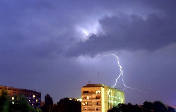 Vestul României lovit de o furtună violentă. 15.000 de persoane au rămas fără curent electric