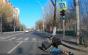 Accident ne mai întalnit între o trotinetă electrică şi o bicicletă - VIDEO. Victima s-a lovit cu capul de asfalt