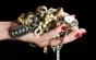 Hoţii au spart casa unui medic şi au furat bijuterii din aur şi platină cu diamante şi safire în valoare de 100.000 de euro