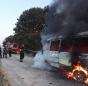 Microbuz cu pasageri, în flăcări