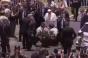 Papa Francisc a coborât din papamobil pentru a ajuta o poliţistă căzută de pe cal