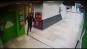 Un barbat a incercat sa violeze o femeie, in plina zi, intr-un complex comercial din Bucuresti. Femeia de serviciu l-a batut cu matura