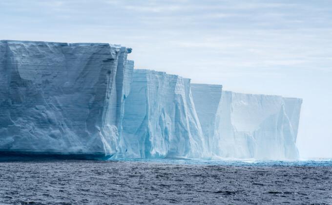 Cel mai mare aisberg din lume s-a rupt în două. Despre ce pericol vorbesc experții