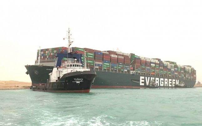 Criza din Canalul Suez ca-n filmele de la Hollywood: Operaţiunea de salvare a cargobotului gigant continuă. 180 de nave sunt blocate!