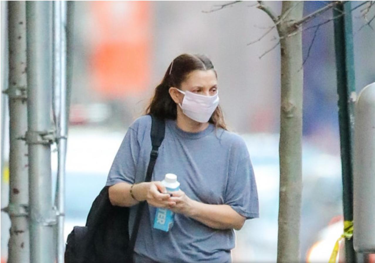 Drew Barrymore desculță pe străzile din New York la 8 grade. Ziaristii de cancan zic ca actrita a innebunit de tot!