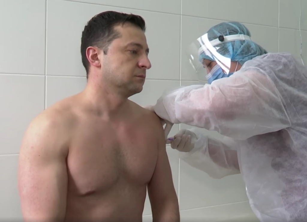 E peste Iohannis! Presedintele Ucrainei s-a vaccinat la bustul gol