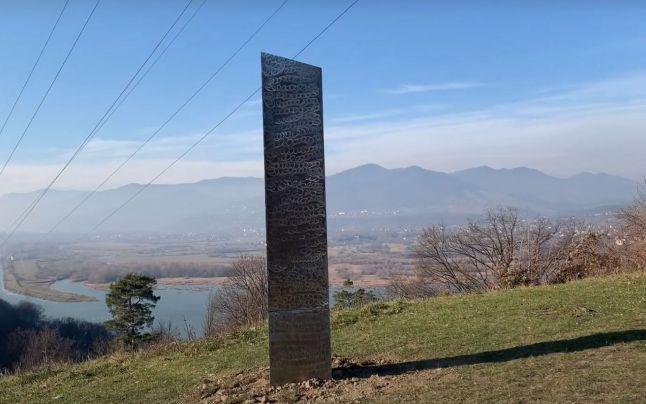 Lângă o cetate dacică a fost descoperit un misterios monolit din metal similar cu cel găsit recent în SUA