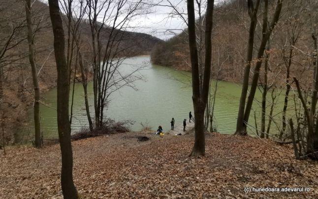 Lacul Cozia a scos din adâncuri o crimă neelucidată de 15 ani. Doi pescari au gasit in Apa Blestemată un cadavru maltratat !