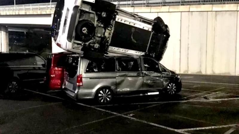 Mercedes 69 cu un excavator! Răzbunarea unui angajat dat afara
