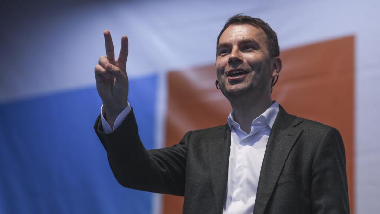 Ministrul Drulă de la Transporturi știe ca omul care conduce din umbra aviatia din Romania este un condamnat penal?!