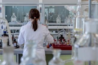 Ministrul Educatiei ar vrea ca studentii nevaccinati sa vina la cursuri imbracati in combinezoane