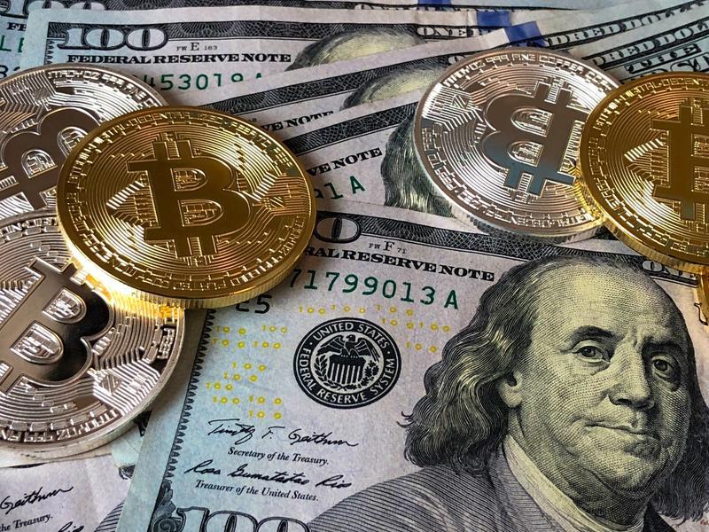 Moment istoric la criptomonede: Bitcoin a depăşit pentru prima dată plafonul de 25.000 de dolari