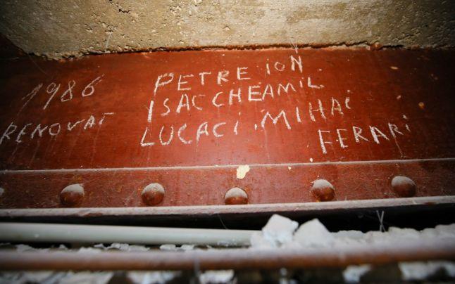 """Noi descoperiri la """"Cazino"""": deţinuţii politic s-au semnat pe vopseaua de pe grinzi. Apar noi nume ale celor care au muncit la renovare în anii '50"""
