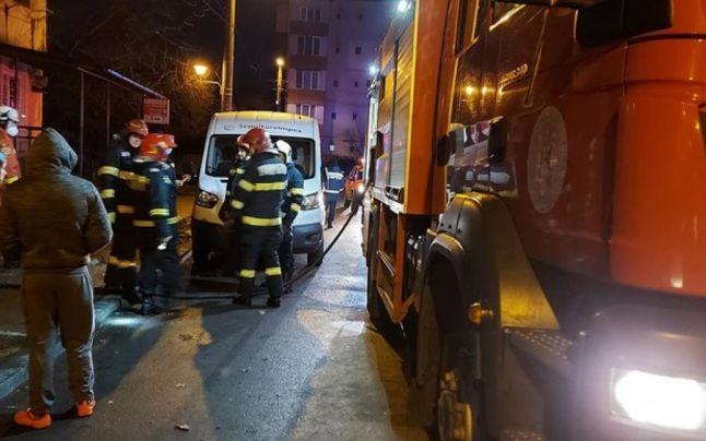 O femeie a murit şi alte 46 de persoane au fost evacuate, în urma unui incendiu izbucnit într-un bloc din Baia Mare