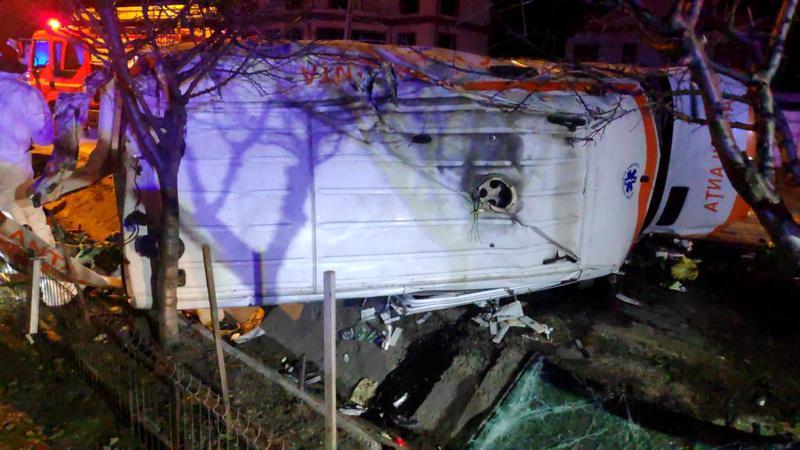 O femeie infectată cu COVID a murit după ce ambulanța care o transporta la spital s-a răsturnat