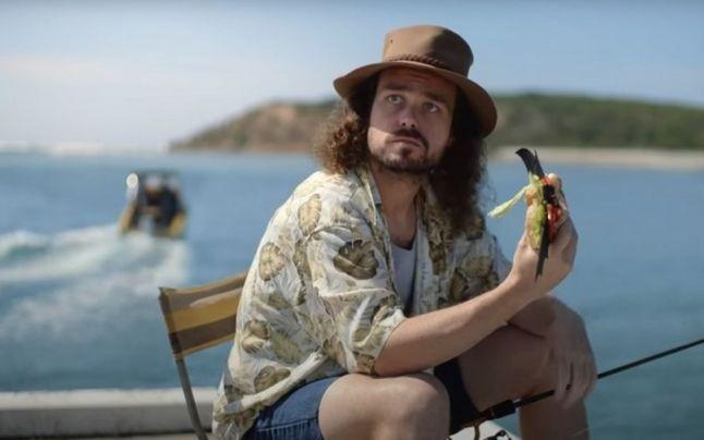 O reclamă în care un bărbat apare mâncând un sandvici cu liliac e anchetată în Australia