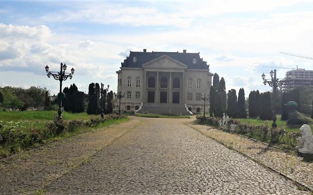 """Palatul romilor de pe locul unei clădiri cu valoare istorică inestimabilă: Reşedinţa de vară a """"Paşei de Timişoara"""""""