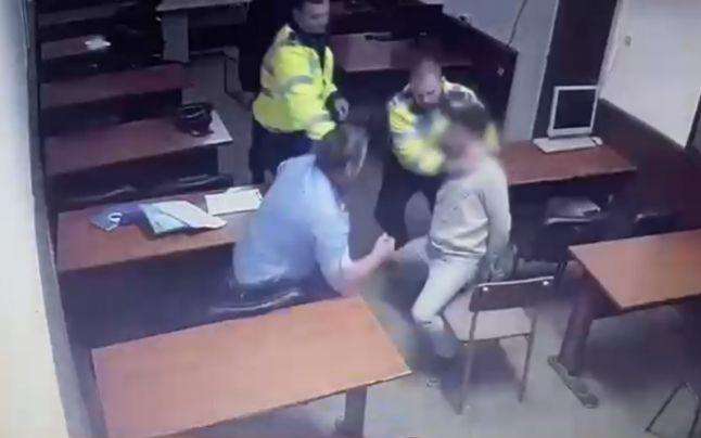 Poliţiştii-torţionari de la Secţia 16 filmaţi în timp ce strâng de gât un bărbat în timpul unui interogatoriu
