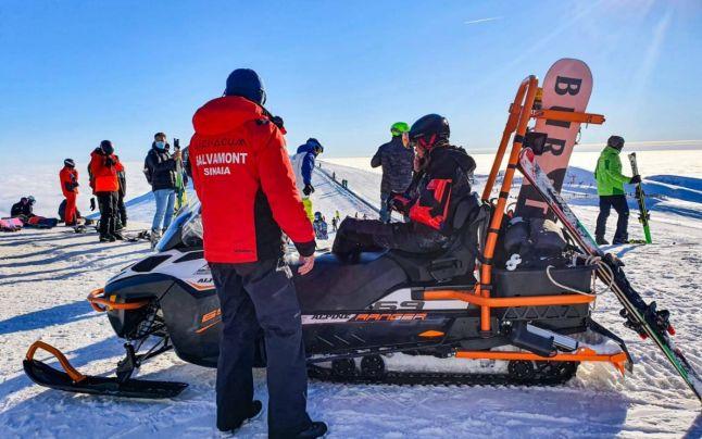 Salvamontiştii au devenit taximetrişti de lux pentru turiştii care vor să coboare cu snowmobilul din vârf de munte