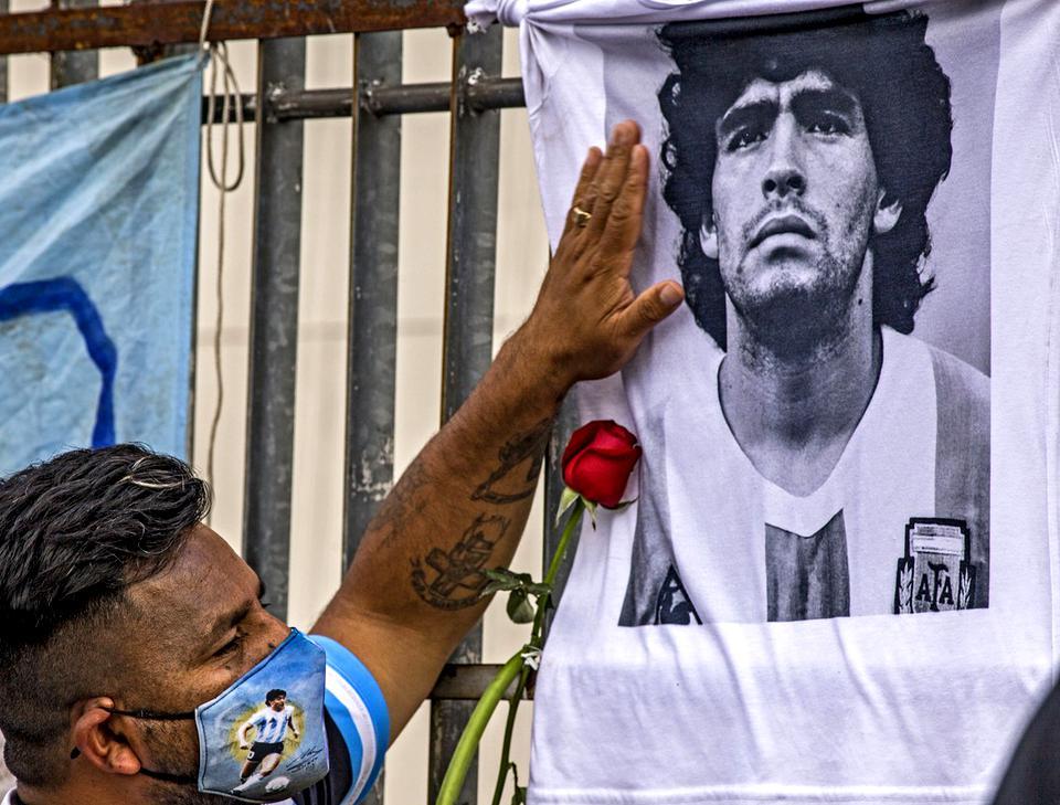 Trupul lui Diego Maradona nu poate fi incinerat din motive de probe ADN. Șase copii nerecunoscuți cer teste de paternitate