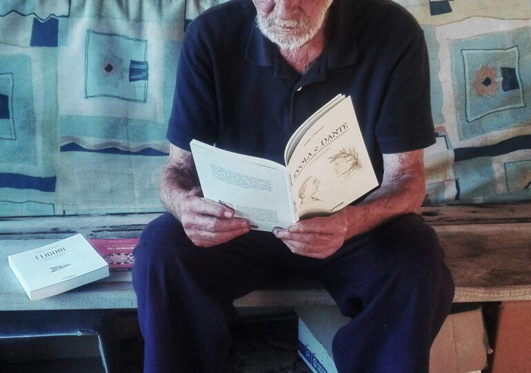 Un bătrân de 81 de ani care a trăit singur pe o insulă cu plajă roz timp de 32 de ani e obligat să se mute urgent!