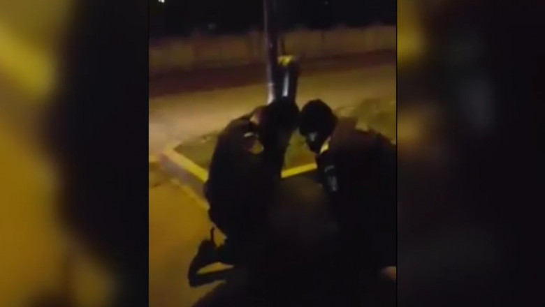 Un bătrân ofițer în rezervă pus la pământ de jandarmi pentru nepurtarea măștii. Bărbatul spune că a fost o tentativă de omor