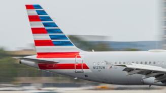 """Un barbat care """"tremura si transpira"""" a murit la bordul unui avion. Autoritatile cauta toti pasagerii zborului"""