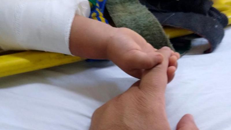 Un bebeluș rămas orfan strânge degetul paramedicului care l-a salvat din accidentul în care și-a pierdut părinții