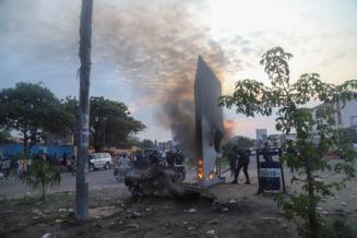 Un monolit metalic misterios, aparut in capitala Republicii Democrate Congo, a fost incendiat de localnici