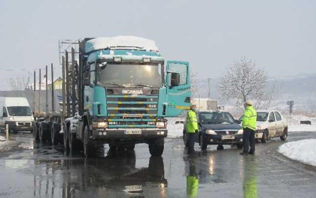 Un şofer de TIR angajat în România găsit de poliţiştii germani că se află pe traseu de patru luni. Bărbatul doarme în cabină din septembrie