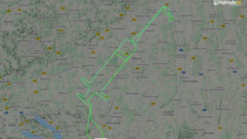 Un pilot a desenat pe cer o seringă uriașă, pentru a marca începerea campaniei de vaccinare anti-COVID
