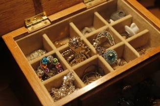 Un roman a gasit la groapa de gunoi din Aiud o sticla plina cu bijuterii din aur. Dar mai bine nu ar fi gasit-o!