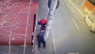Video socant: Un barbat ranit si inconstient care zacea intins pe trotuar e jefuit de un tanar in Capitala